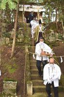 那賀の御嶽神社、山頂から300メートル下の麓へ 高…