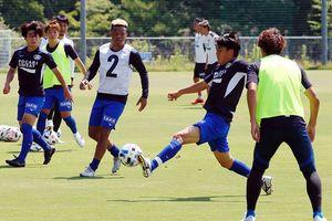 リーグ再開初戦となる愛媛との四国ダービーに向けて調整する徳島ヴォルティスの選手たち=徳島スポーツビレッジ