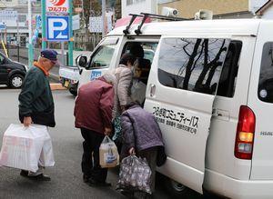 コミュニティーバスに乗り込むつるぎ町民。17年度から路線が延長される=つるぎ町貞光