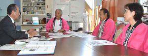井戸端塾のメンバーにリオ五輪での展示決定を報告する相原さん(左)=勝浦町の人形文化交流館