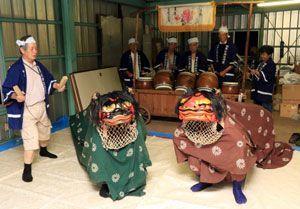 秋祭りでの38年ぶりの獅子舞奉納に向け稽古に励む森本会長(左端)らメンバー=吉野川市鴨島町牛島