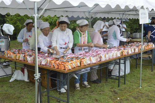 防災訓練で炊き出しに取り組む女性たち。性的役割分担意識は、平時からどこの地域にも根付いている=鳴門市のウチノ海総合公園