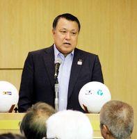 タウンミーティングで選手育成方針などについて話すJFAの田嶋会長=徳島市の徳島グランヴィリオホテル
