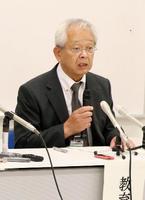 記者会見で控訴断念の理由を説明する、福井県若狭町の中村正一教育長=12日午後