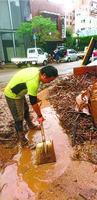人吉市で泥かきをする井上さん=熊本県人吉市(本人提供)