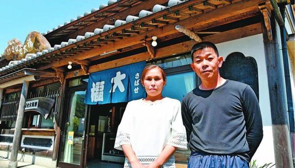 父の味を受け継ぐ2代目の森口勉さん(右)=海陽町浅川
