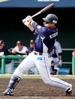 オリックスとの練習試合の4回、左中間に適時二塁打を放つ西武・栗山=宮崎