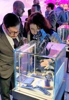 高級腕時計ブランド「グランドセイコー」の商品を熱心に見る人たち=8日、米ニューヨーク(共同)