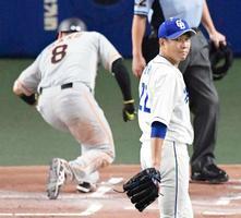 1回、重盗で2点目を許した中日・大野雄。左は生還した巨人・丸=ナゴヤドーム