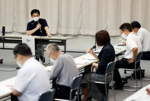 大阪府の新型コロナウイルス対策本部会議で発言する吉村洋文知事(左奥)=12日午後、大阪市