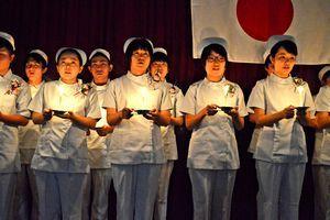 ろうそくを手にナイチンゲール誓詞を斉唱する生徒たち=三好市池田町の市医師会准看護学院