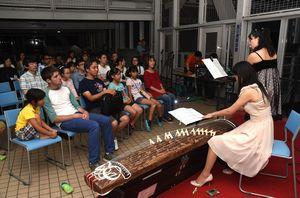 琴とフルートの演奏に耳を傾ける来場者=鳴門市の「渦の道」
