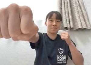 オンライン取材に応じ、ポーズをとる女子フェザー級の入江聖奈=22日