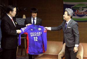 飯泉知事に新しいユニホームを紹介する岸田社長(右)と長島監督(中)=県庁
