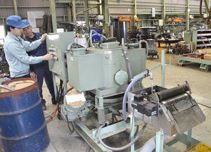汚染水から放射性セシウムを取り除く装置=阿南市中大野町の阿部鉄工所