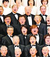 初めて合唱団の一員として「第九」を歌った筆者(前から3列目、左から2人目)=2日、鳴門市文化会館