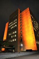 オレンジ色にライトアップされた県庁=徳島市