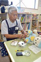 おもちゃを修理する大西さん。仲間を募っている=吉野川市鴨島町の鴨島児童館