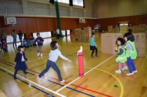室内雪合戦を楽しむ子どもら=那賀町百合の鷲敷B&G体育館
