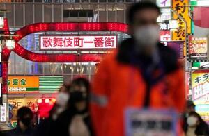 マスク姿で多くの人が行き交う東京・新宿歌舞伎町=5日夜