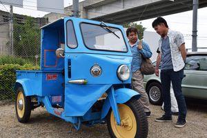 三輪トラックに見入る来場者=板野町犬伏の徳島工業短期大