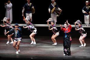 韓国伝統芸能との和合の場面で阿波踊りを披露する金さん(右から3人目)=あわぎんホール