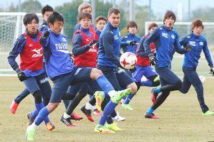 東京Vとの開幕戦に向けセットプレーの練習を繰り返す徳島の選手たち=徳島スポーツビレッジ