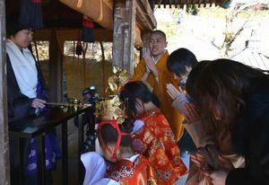 50年ぶりの初会式で、1年間の無病息災を願う参加者ら=阿南市新野町の平等寺