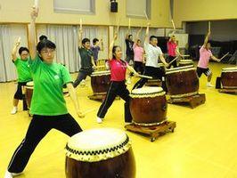 コンサート出演に向けて練習に励む虹のメンバー=石井町石井
