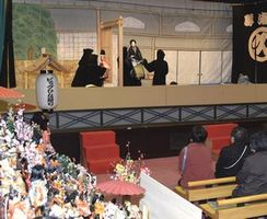ビッグひな祭り会場で開かれた人形浄瑠璃公演=勝浦町生名の人形文化交流館