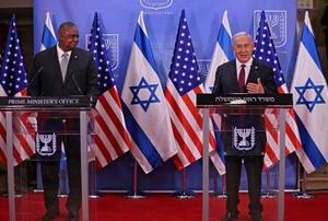12日、エルサレムで記者会見するイスラエルのネタニヤフ首相(右)とオースティン米国防長官(AP=共同)