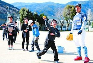 ボール投げを楽しむ児童=東みよし町の三庄小