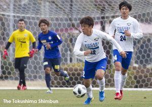 J2甲府との練習試合で先制点を挙げたMF小西(32)=宮崎県綾町の小田爪多目的競技場