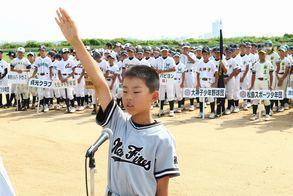 開会式で選手宣誓する加茂名ニューファイヤーズの小石主将=徳島市の吉野川南岸グラウンド