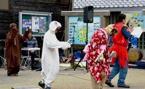 ナカちゃん、オオちゃん、コカちゃんの着ぐるみで寸劇を披露する参加者=阿南市那賀川町の道の駅「公方の郷なかがわ」