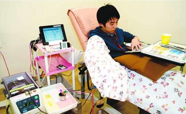 献血する男性。巡回バスでの協力者が減っている=徳島市元町1のアミコビル内「献血ルームアミコ」