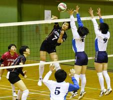 女子決勝リーグ戦・城南対富岡東 第2セット、城南の田村がスパイクを決める