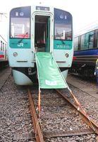 JR四国が車両に設置する避難シューター(同社提供)