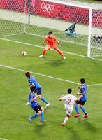 スペイン戦の延長後半、アセンシオ(下・7)に決勝ゴールを決められる日本。GK谷=3日、埼玉スタジアム