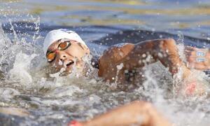 男子10キロ 力泳する南出大伸=お台場海浜公園特設コース