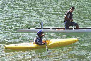 那賀高生らの指導でカヌーを楽しむ参加者=那賀町横石の川口ダム湖