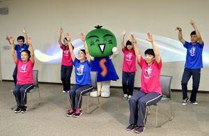 発表10周年を迎え、一部を改良した阿波踊り体操=徳島市の徳島大大学開放実践センター