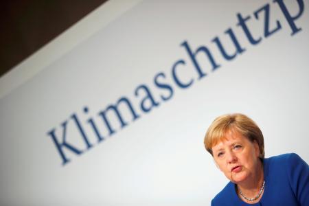 新たな温暖化対策について発表するドイツのメルケル首相=20日、ベルリン(ロイター=共同)