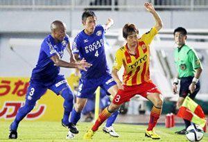後半、相手選手と競り合う徳島のアレックス(左端)と藤原(左から2人目)=鳴門ポカリスエットスタジアム