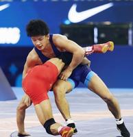 男子フリー61キロ級1回戦 中国選手(左)を攻める小柳和也=ブダペスト(共同)