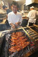炭火で手際よく焼き上げられるウナギ=徳島市北田宮2のうな久