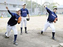 ブルペンで調整する徳島北の投手陣