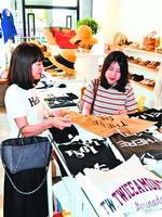 洋服を買いに訪れた徳島の女性=徳島市のセレクトショップ「モンドジャコモ」