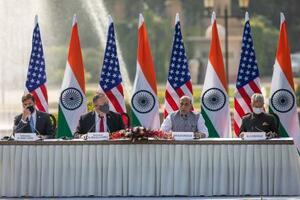 27日、ニューデリーで記者会見するポンペオ米国務長官(左から2人目)とインドのシン国防相(同3人目)ら(AP=共同)