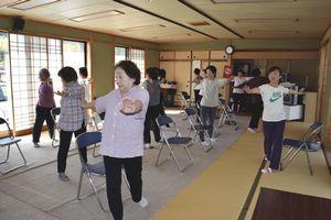 送迎付きの体操講座で、汗を流す参加者=2015年10月14日、海陽町の角坂集会所